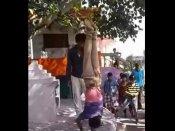 નબળા હ્રદયના લોકો ન જોશો VIDEO: માસૂમ સાથે કાકાએ કરી હેવાનિયત