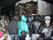 ભારે હિમવર્ષાના કારણે નાથુલામાં ચીન બોર્ડર પાસે ફસાયેલા 2500 પર્યટકોને સેનાએ બચાવ્યા