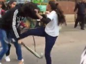 રસ્તા વચ્ચે છોકરીઓની હોકી, બેલ્ટથી ગેંગવોર, વીડિયો વાયરલ