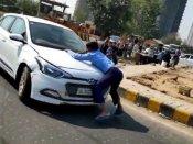 જુઓ ખોફનાક વીડિયો: દબંગ કાર ચાલકે બે કિલોમીટર સુધી ઘસેડ્યો