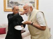 નરેન્દ્ર મોદીને મળ્યા પ્રણવ મુખર્જી, મિઠાઈ ખવડાવી પાઠવી જીતની શુભકામના