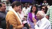 પોલિંગ બૂથ પર 93 વર્ષના 'ખન્ના અંકલ'ને મળ્યાં સ્મૃતિ ઈરાની, કહ્યું- ખન્ના અંકલ અસલી હીરો