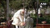 PM મોદી ગાંધી આશ્રમ પહોંચી ગાંધીજીની પ્રતિમાને પુષ્પાંજલિ આપી, વિઝિટર બુકમાં આ લખ્યુ