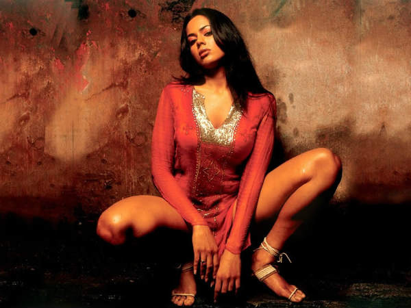 Sameera Reddy Getting 50 Lakhs New Year Performance