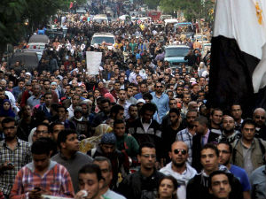 Egyptians Break Barrier Protecting Presidential Palace