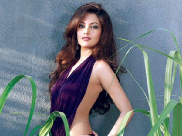 Hot Actress Riya Sen Locks Lips With Girl Party