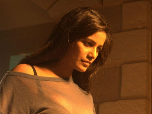 Poonam Panday Is Drinking Real On Film Set Nasha