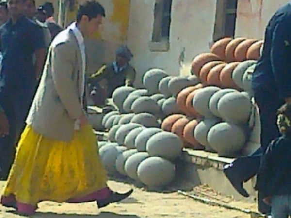 First Look Pk Aamir Khan Is Seen Wearing Court Ghagra