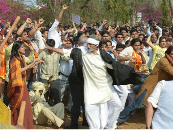 Amrita Rao Doing Satyagrah With Amitabh Bachchan
