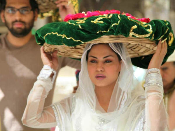 Veena Malik Prays For The Success Of Zindagi 50