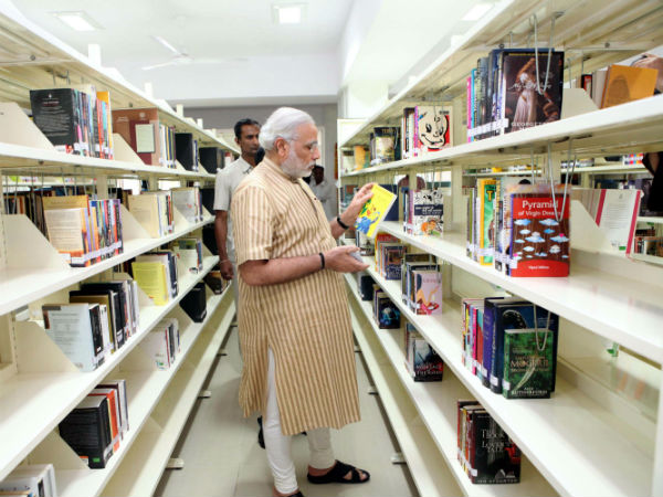 narendra-modi-at-central-library