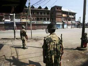 Kashmiri Demonstrators Attacked On Military School
