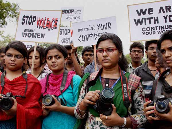 Women Protesters Thrown Eggs On Mumbai Gangrape S Accused
