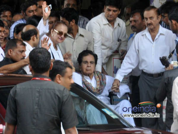 Dilip Kumar Reached Home Saira Bano Thanked Fans