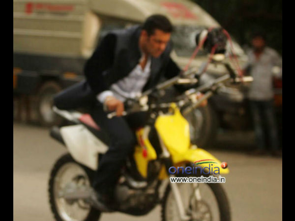 Salman Khan Driving Bike Without Helmet Jai Ho Mental