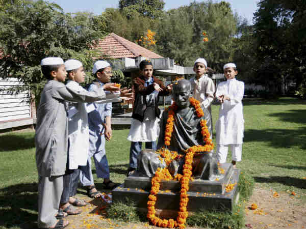 People Paying Tributes Father The Nation See Pictures