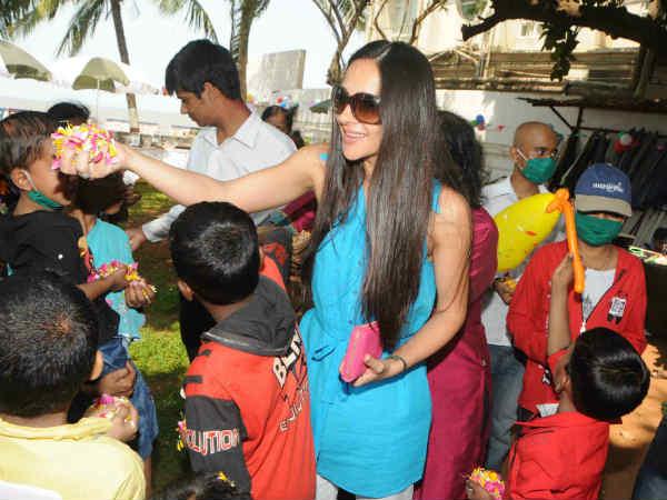Tara Sharma Flower Petal S Holi Breach Candy Cancer Patient