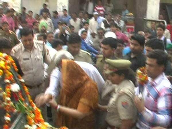 Hapur Congress Mla Gajraj Sharma Molests Nagma Publicly Lse