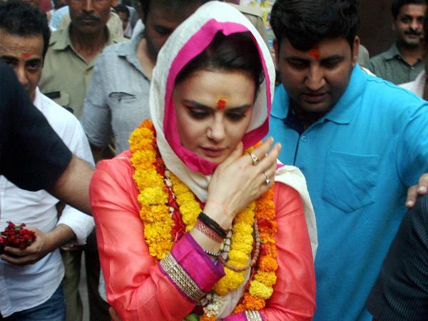 Preity Zinta Visited The Holy City Varanasi Pray Narendra Modi Lse