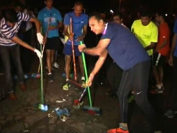 Anil Ambani Cleans Streets In Mumbai As Part Of Swachh Bharat Campaign
