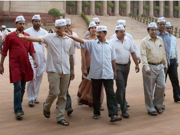 arvind-kejriwal-with-party-mlas