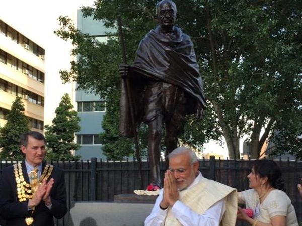 Pm Modi Unveils Gandhi Statue Roma Street Australia