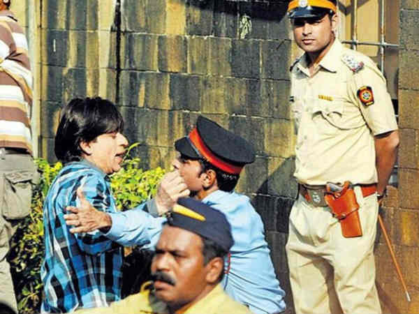 Shahrukh Khan has landed himself in trouble with the authorities! Mannat's security guards stopped Shahrukh to entering his own house Mannat! Don't worry, this was shooting scenes of Shahrukh's upcoming movie Fan-2