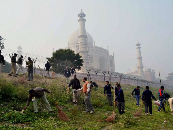 For Obama S Taj Visit 600 Workers Scrub Streets Rs 300 Day