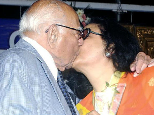 Veteran Lawyer Ram Jethmalani Kisses Yesteryear Actress Leena Chandavarkar