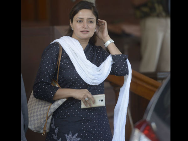 Gujarat Bjp Mp Showers Cash Says It S Donation