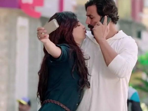 Akshay Kumar Features Twinkle Khanna S Video