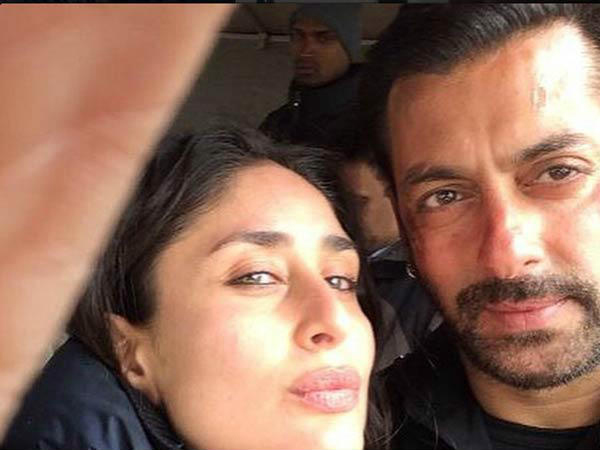 Kareena Kapoor Salman Khan Enjoy Selfie Session At Bajrangi Bhaijaan Shoot