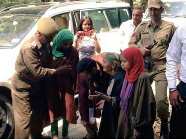 Pics Salman Khan Meet With Adopted Widow Family Kashmir