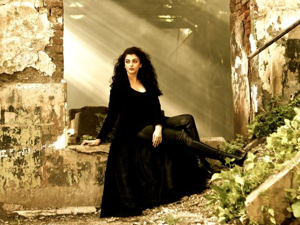 First Look How Hot Aishwarya Rai Bachchan Is Looking In Jazbaa Song Bandeyaa 027000 Pg
