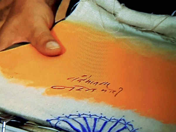 Modi Signs Tricolour For Chef Congres Deprecates Him
