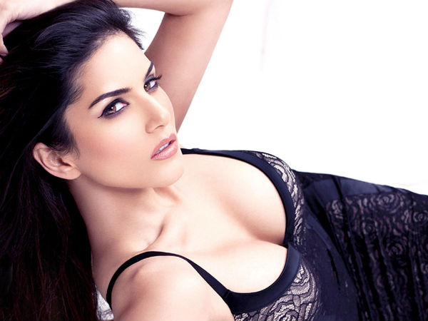 Sunny Leone Slaps Journalist Surat Asking Cheap Question