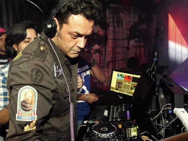 #DJ બોબી દેઓલએ પોતાના જ ગીતો વગાડ્યા તો લોકોએ પૈસા પાછા માંગ્યા