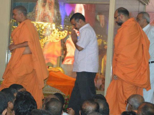 Arvind Kejriwal Pay Tribute Pramukh Swami Maharaj