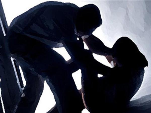 શર્મસાર: પત્નીની સામે જ કર્યો પોતાની પુત્રીનો બળાત્કાર