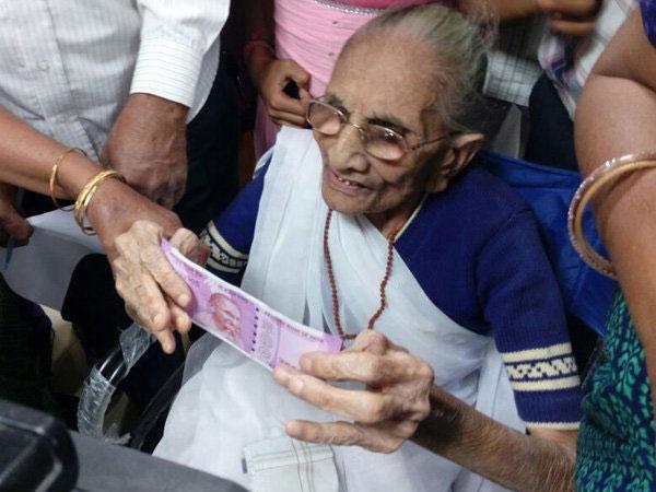 Pm Narendra Modi S Mother Heera Ben Reached Bank