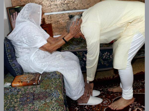 Pm Modi Meet Her Mother At Gandhinagar