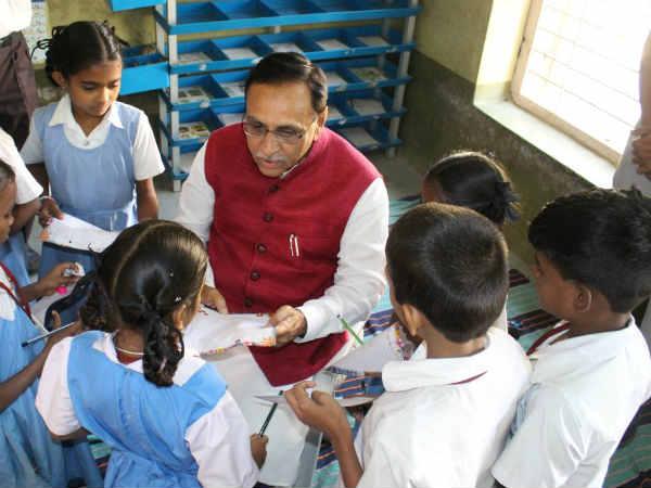 #Gunotsav :CM રૂપાણીએ કરી બારડોલીની શાળાની મુલાકાત