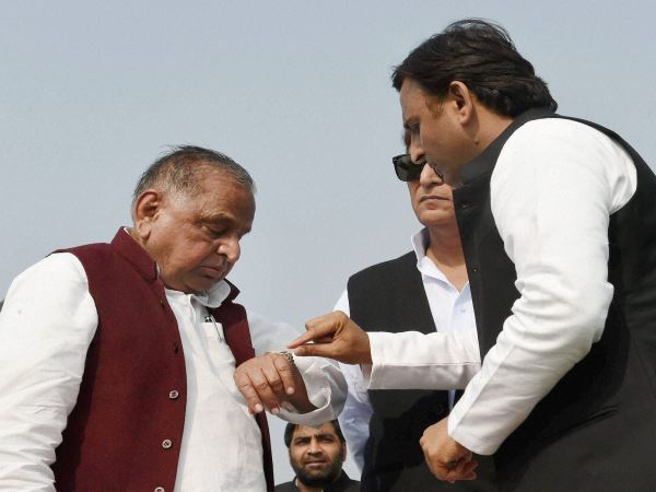 Akhilesh Yadav Meets Mulayam Singh To Resolve The Issues