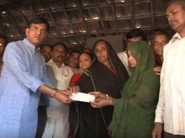 Mansukh Mandaviya Gave Martyrs Deva Bhai Parmar S Family Cheque