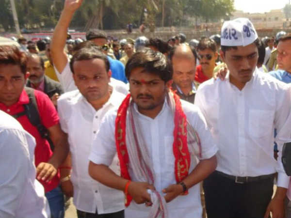 Hardik Patel Supporter And College Staff Have Verbal Fight At Surat