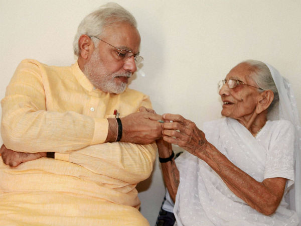Pm Modi Met His Mother Hiraba On His 2nd Day Of Gujarat Visit