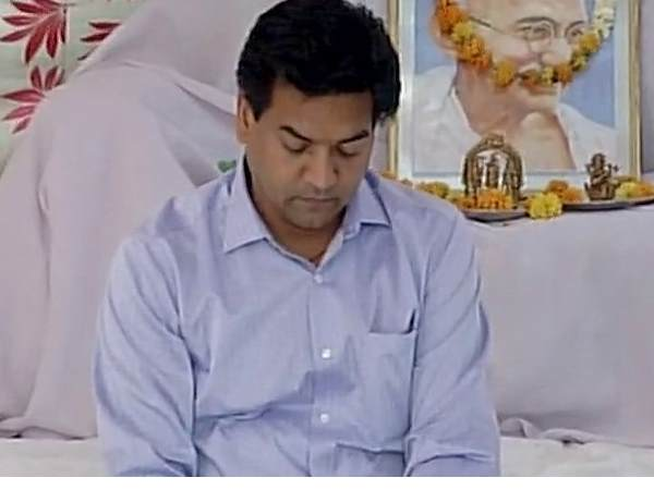 Kapil Mishra Who Is Sitting On Satyagraha Attacked By Aap Leader