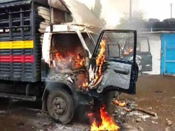 મહારાષ્ટ્રમાં ખેડૂતોએ પોલીસની 6 ગાડીને લગાડી આગ