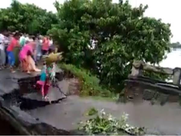 Video Bihar 3 People Get Washed Away With Bridge