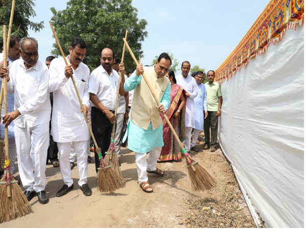 Cm Vijay Rupani Wielded The Broom Start The Campaign Cleanli